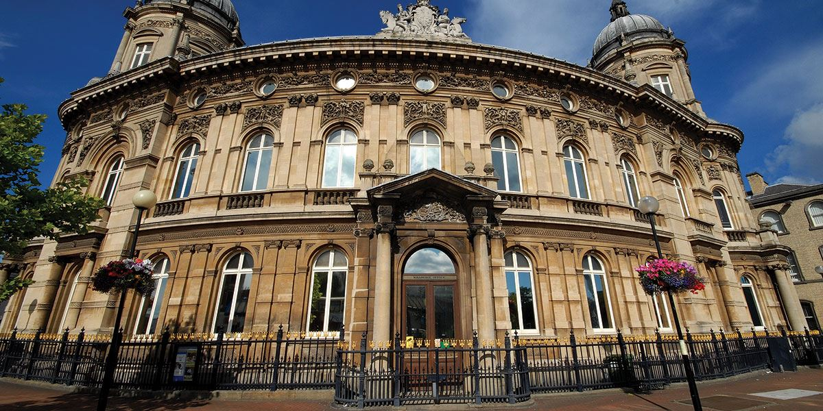 Admire the architecture of the Maritime Museum in Hull