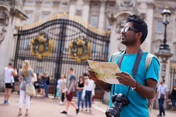 Tourist outside Buckingham Palace in London
